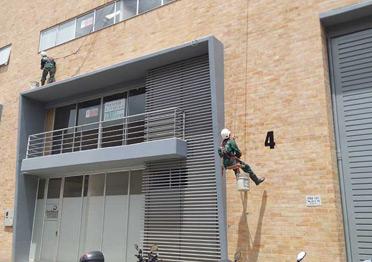 Nuestro-equipo-lavando-la-fachada-de-un-edificio